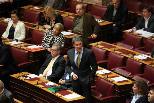 O Ανδρέας Λοβέρδος στην Ολομέλεια της Βουλής για την ψηφοφορία  του αναπτυξιακού νομοσχεδίου που τελικά αναβλήθηκε, Αθήνα, 10 Απριλίου / fosphotos.com | Panayiotis Tzamaros