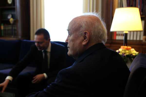 «Στο Eurogroup μού το είπαν καθαρά: αν δεν το λύσετε, money is blocked. Το πήρε πάνω του ο πρωθυπουργός και το θέμα διευθετήθηκε» είπε ο υπουργός Οικονομικών στον Πρόεδρο της Δημοκρατίας Κάρολο Παπούλια στο πλαίσιο της συνάντησής τους / Αθήνα, Τρίτη 16 Απριλίου / fosphotos.com | Menelaos Myrilas