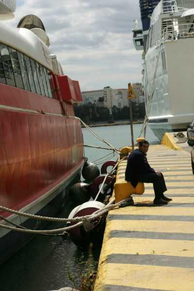 Δεμένα πλοία στα λιμάνια όλης της χώρας στην 24ωρη απεργία που κύρηξε η ΠΝΟ αντιδρώντας στο πολυνομοσχέδιο του υπουργείου Ναυτιλίας / Τρίτη 16 Απριλίου / fosphotos.com | Angeliki Panagiotou
