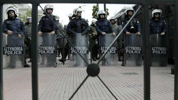 Αστυνομικές δυνάμεις κατά το συλλαλητήριο της ΑΔΕΔΥ ως αντίδραση στις ανακοινώσεις της κυβέρνησης για τις αποχωρήσεις από το Δημόσιο / Αθήνα, Τετάρτη 17 Απριλίου / fosphotos.com | Philippos Messinis