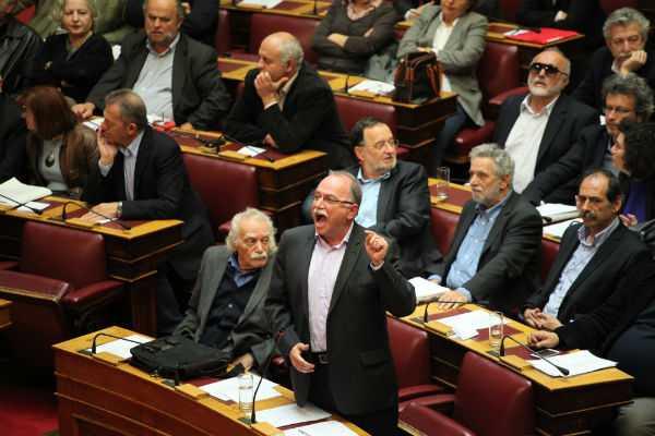 Η κοινοβουλευτική ομάδα του ΣΥΡΙΖΑ στην Ολομέλεια της Βουλής για την ψηφοφορία  του αναπτυξιακού νομοσχεδίου που τελικά αναβλήθηκε, Αθήνα, 10 Απριλίου / fosphotos.com | Menelaos Myrillas
