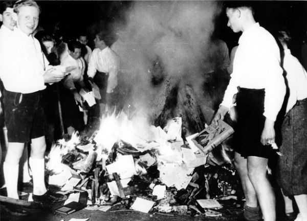 Όταν ο Χίτλερ έδινε εντολή να «εξαφανιστούν» τα βιβλία | THE PAPER