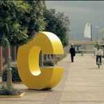 Πελώρια κίτρινα C στο κέντρο της Αθήνας