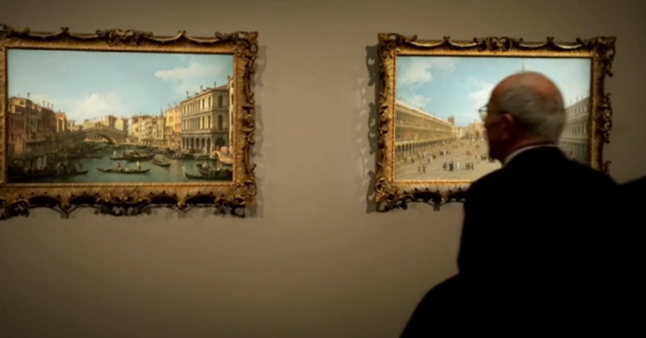 Φιλότεχνος στο σαλόνι του οίκου Sotheby's στο Λονδίνο, κοιτάζει τα δύο έργα του Canaletto από την εταιρική συλλογή της HSBC που έπιασαν σχεδόν 10 εκατ. λίρες.