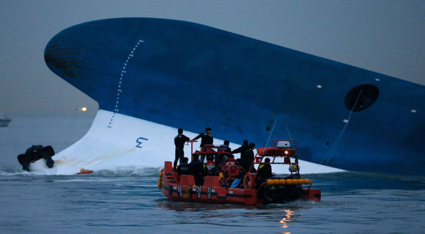 Reuters-South-Korean-ferry-capsized-Maritime-police-photog-Kim-Hong-Ji