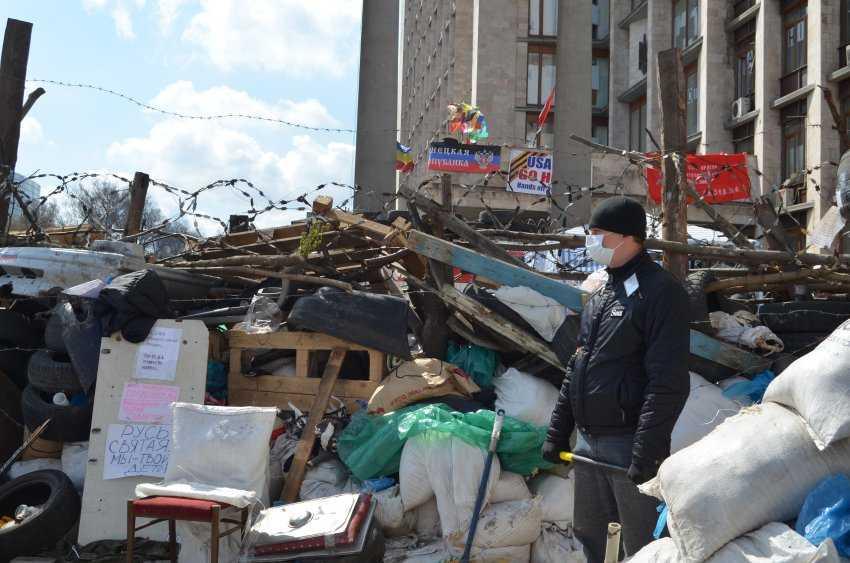 Ukraine/ Donezk/ April 2014Seit einer Woche wird das Gebäude der Regionalverwaltung von Donezk besetzt. Die Männer haben mehrere Barrikaden errichtet.