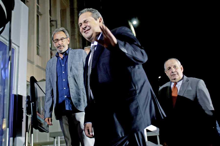 Ο πρόεδρος της ΕΡΤ Διονύσης Τσακνής (Α) υποδέχεται τον πρόεδρο των Ανεξάρτητων Ελλήνων Πάνο Καμμένο (Κ) πουσυνοδέυεται από τον πρώην υφυπουργό Επικρατείας Τέρενς Κουίκ (Δ) κατά την άφιξή τους στο Ραδιοτηλεοπτικό Μέγαρο της ΕΡΤ για να συμμετάσχει στο ντιμπέιτ των πολιτικών αρχηγών, Τετάρτη 9 Σεπτεμβρίου 2015. Πραγματοποιείται στο Ραδιοτηλεοπτικό Μέγαρο της ΕΡΤ η τηλεοπτική αναμέτρηση των πολιτικών αρχηγών για τις εκλογές, της 20ης Σεπτεμβρίου. ΑΠΕ-ΜΠΕ/ΑΠΕ-ΜΠΕ/ ΑΛΕΞΑΝΔΡΟΣ ΒΛΑΧΟΣ