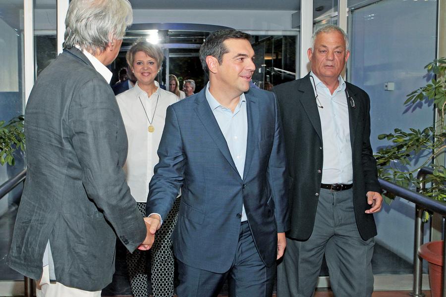 Ο διευθύνων σύμβουλος της ΕΡΤ Λάμπης Ταγματάρχης (Δ) συνοδεύει τον πρόεδρο του ΣΥΡΙΖΑ Αλέξη Τσίπρα (Κ) κατά την άφιξή τους στο Ραδιοτηλεοπτικό Μέγαρο της ΕΡΤ για να συμμετάσχει στο ντιμπέιτ των πολιτικών αρχηγών, Τετάρτη 9 Σεπτεμβρίου 2015. Πραγματοποιείται στο Ραδιοτηλεοπτικό Μέγαρο της ΕΡΤ η τηλεοπτική αναμέτρηση των πολιτικών αρχηγών για τις εκλογές, της 20ης Σεπτεμβρίου. ΑΠΕ-ΜΠΕ/ΑΠΕ-ΜΠΕ/ ΠΑΝΤΕΛΗΣ ΣΑΪΤΑΣ