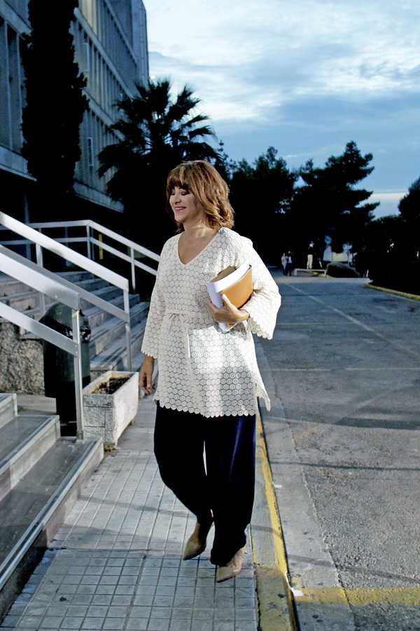 Η δημοσιογράφος Μαρία Χούκλη κατά την άφιξή της στο Ραδιοτηλεοπτικό Μέγαρο της ΕΡΤ όπου θα πάρει μέρος στο ντιμπέιτ με τους πολιτικούς αρχηγούς, Τετάρτη 9 Σεπτεμβρίου 2015. Πραγματοποιείται στο Ραδιοτηλεοπτικό Μέγαρο της ΕΡΤ η τηλεοπτική αναμέτρηση των πολιτικών αρχηγών για τις εκλογές, της 20ης Σεπτεμβρίου. ΑΠΕ-ΜΠΕ/ΑΠΕ-ΜΠΕ/ΑΛΕΞΑΝΔΡΟΣ ΒΛΑΧΟΣ