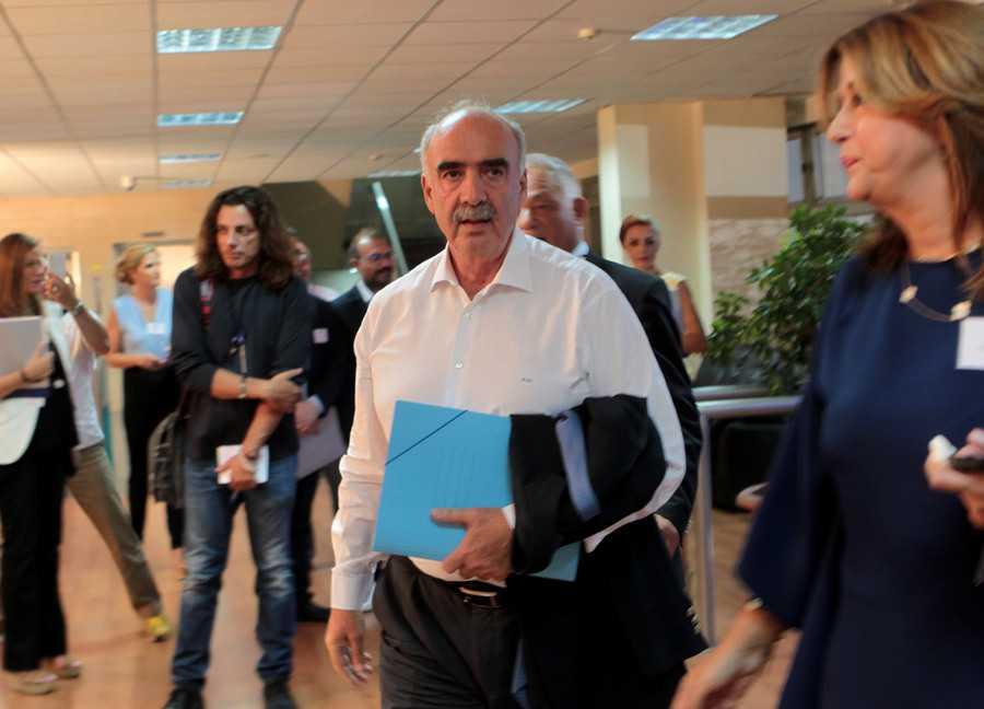 Ο πρόεδρο της Νέας Δημοκρατίας Ευάγγελος Μεϊμαράκης κατά την άφιξή του στο Ραδιοτηλεοπτικό Μέγαρο της ΕΡΤ για να συμμετάσχει στο ντιμπέιτ των πολιτικών αρχηγών, Τετάρτη 9 Σεπτεμβρίου 2015. Πραγματοποιείται στο Ραδιοτηλεοπτικό Μέγαρο της ΕΡΤ η τηλεοπτική αναμέτρηση των πολιτικών αρχηγών για τις εκλογές, της 20ης Σεπτεμβρίου. ΑΠΕ-ΜΠΕ/ΑΠΕ-ΜΠΕ/ΠΑΝΤΕΛΗΣ ΣΑΪΤΑΣ