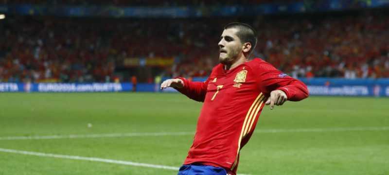 Morata celebra uno de los dos goles marcados a Turquía