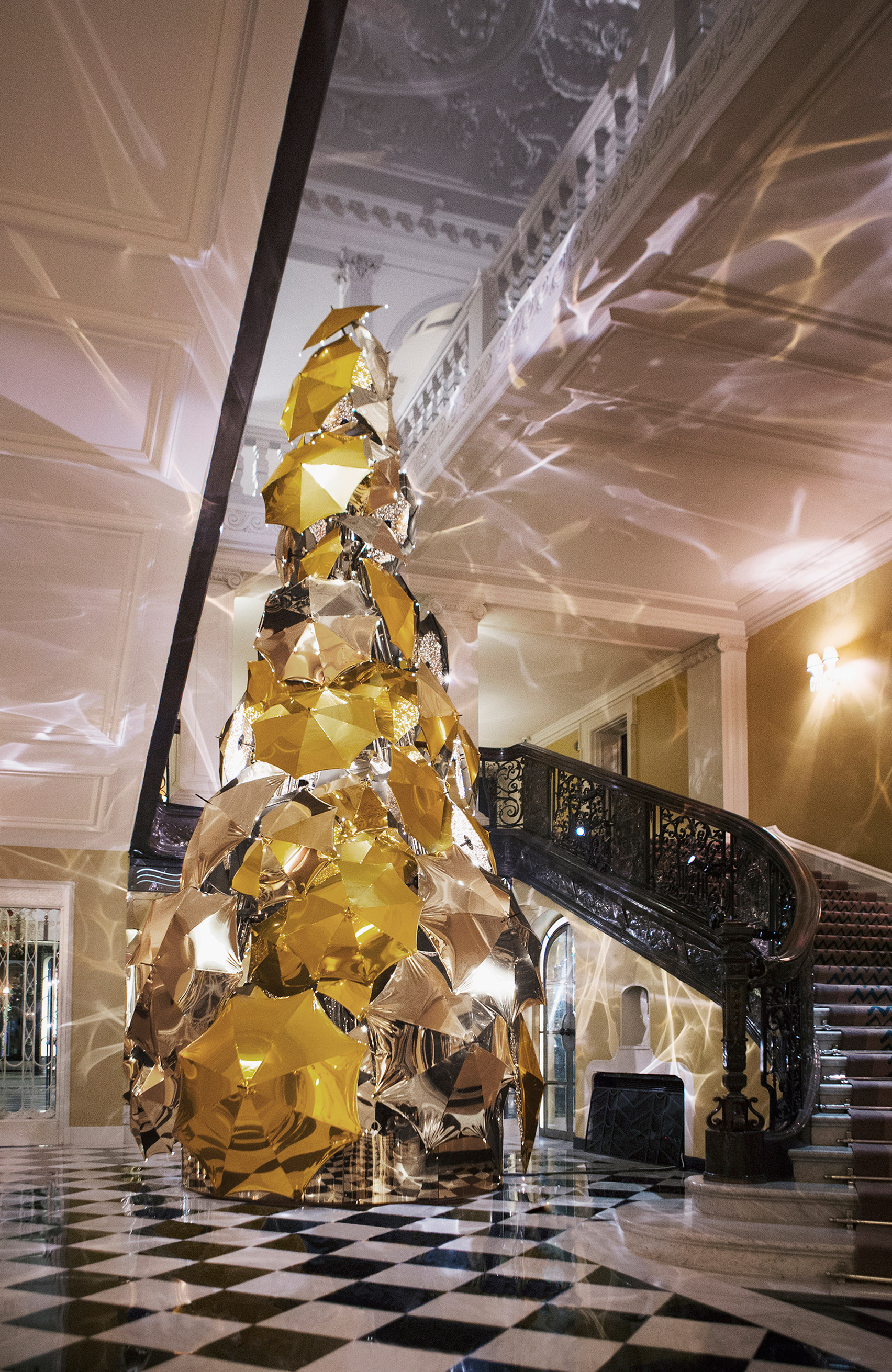 jony-ive-marc-newson-design-christmas-tree-claridges-hotel-london-uk-news_dezeen_1704_col_2