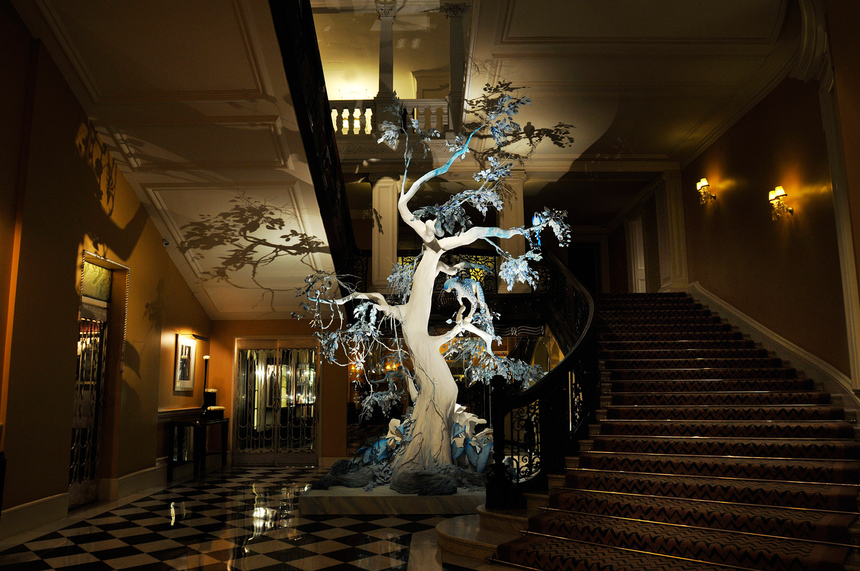jony-ive-marc-newson-design-christmas-tree-claridges-hotel-london-uk-news_dezeen_1704_col_7