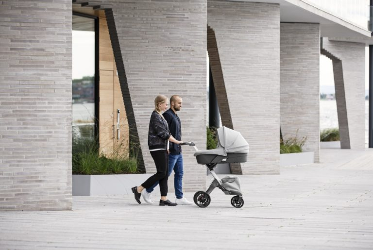 30692-xplory-stroller-carry-cot-grey-melange-in-setting-screen-768x515